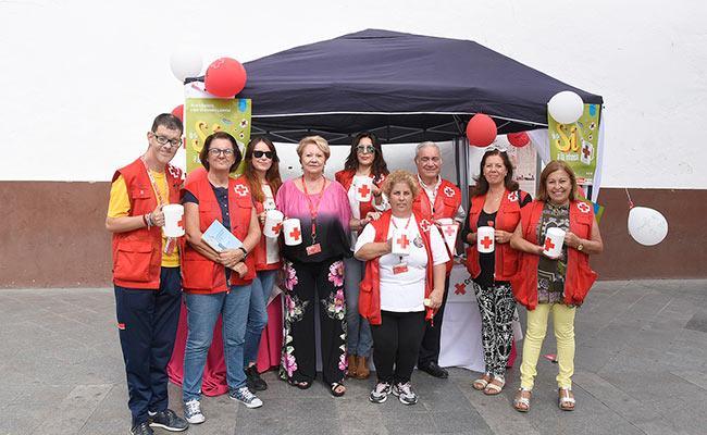 Un grupo de voluntarios de Cruz Roja Utrera, con su presidenta, María Dolores Sánchez, en la carpa instalada en la Plaza del Altozano