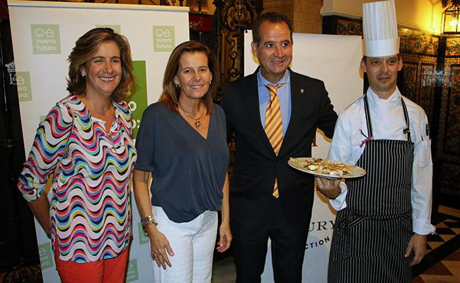 Carmen Mora-Figueroa, de Nuevo Futuro Sevilla; Mónica Gutiérrez, presidenta de la asociación; Carlo Suffredini, director del Hotel Alfonso XIII; y Brian Kevin Deegan, y su nuevo chef ejecutivo / Nuevo Futuro