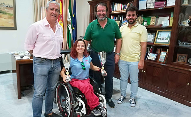 Cristina Rubio con el alcalde de Carmona, Juan Ávila y dos concejales de la ciudad