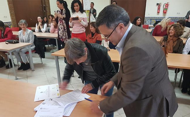María Esther Cancio, firma el contrato para Clece, ante los asistentes