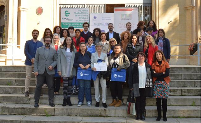 Las 17 alumnas posan junto a integrantes de Cruz Roja, Clece y el Ayuntamiento de Sevilla