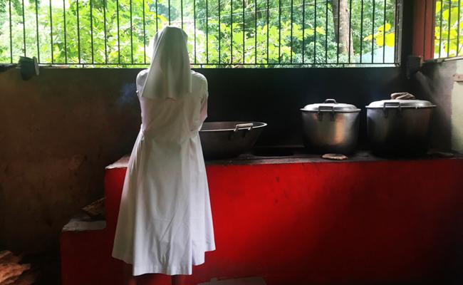 Una de las Hermanas de la Caridad de Santa Ana en la cocina / Foto: Alejandro Campos