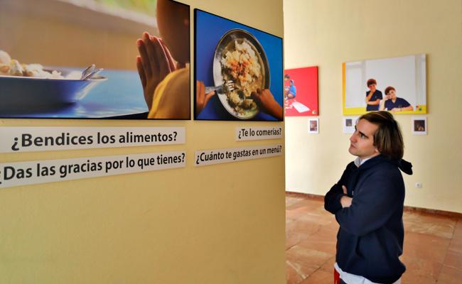 Alejandro contempla la exposición «Filipinas: Acompañar la vida», de la que es autor / Foto: JM Serrano
