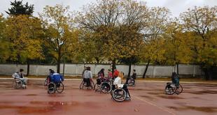 Los jóvenes disputan un partido de baloncesto en silla de ruedas entender de cerca la discapacidad