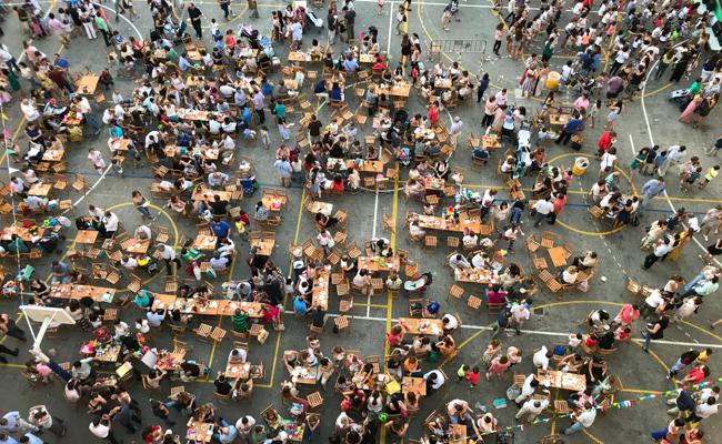 El patio del Colegio Santa Ana durante la verbena benéfica / Foto: Alejandro Campos