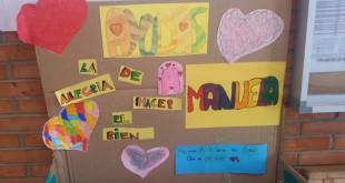 El colegio ha habilitado una caja para depositar tapones y adornada por los alumnos, en cada uno de sus edificios