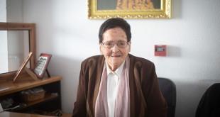 Adela con 93 años, continúa atendiendo en la recepción / Vanessa Gómez