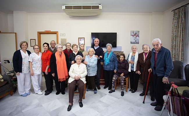 Residentes de San Eugenio posan con el párroco y trabajadoras / Vanessa Gómez
