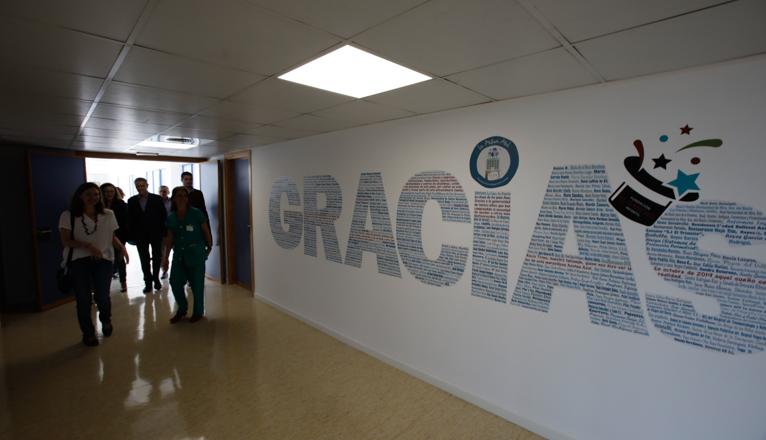 Visita a la azotea azul en el hospital Virgen del Rocío. Mural de agradecimiento.