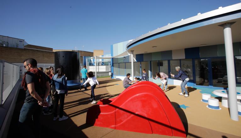 Visita a la azotea azul en el hospital Virgen del Rocío. Un tobogán rojo en primer término.