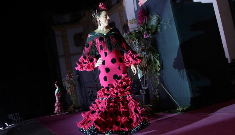 Gala Lazo Rosa en el Casino de la Exposición. Una flamenca posa en la pasarela.
