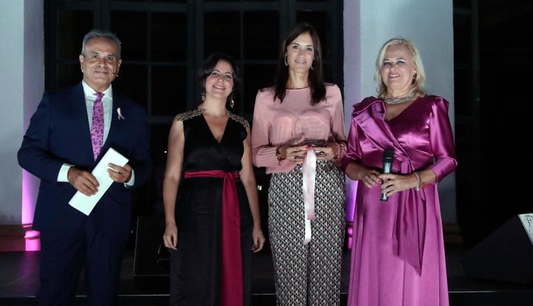 Gala Lazo Rosa en el Casino de la Exposición. Zoila Borrego recoge el premio de Sevilla Solidaria, entrega Maribel Fatou.