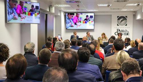 Los asitentes a la presentación atienden a un vídeo sobre la Fundación Psicopediatría de Sevilla durante la presentación