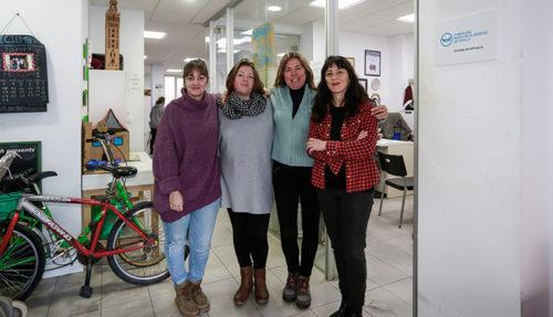 Gema García Miquel, Aroa Marín, Rocío Tello y Luisa Márquez posan en la entrada de la sede