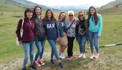 Sherezade posa en el Valle de Arán junto a seis voluntarias más de diferentes edades