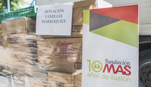 Las cajas de donaciones permanecen envueltas aún junto a un cartel de la Fundación MAS